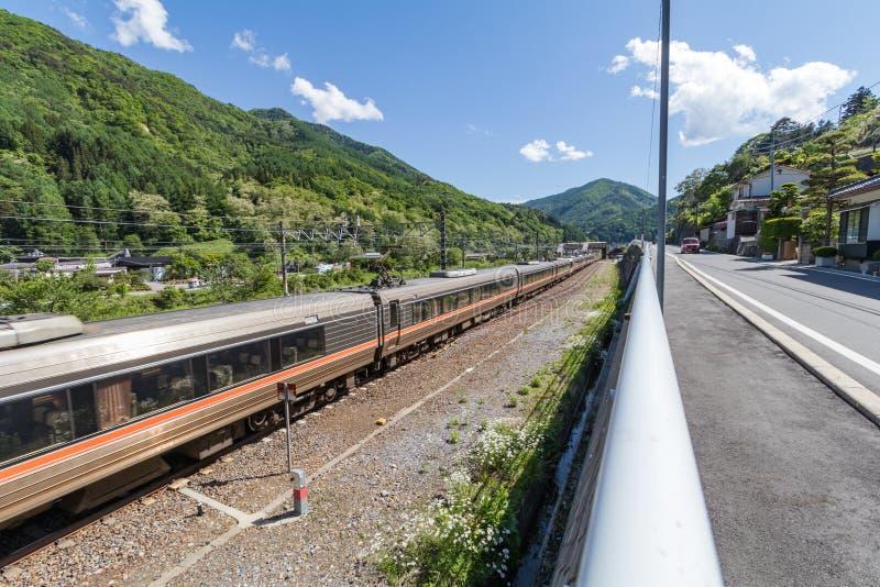 De passagierstrein op spoorweg in Narai is een kleine stad in de Prefectuur Japan van Nagano royalty-vrije stock foto's