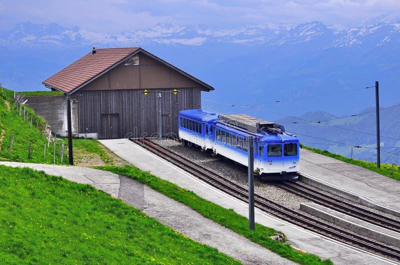 De passagierstreinen komt aan de post van Rigi aan Staffel royalty-vrije stock foto