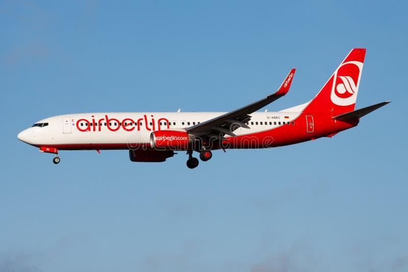 De passagiersvliegtuig die van luchtberlin boeing 737-800 D-ABKC bij de Luchthaven van Frankfurt landen stock afbeelding