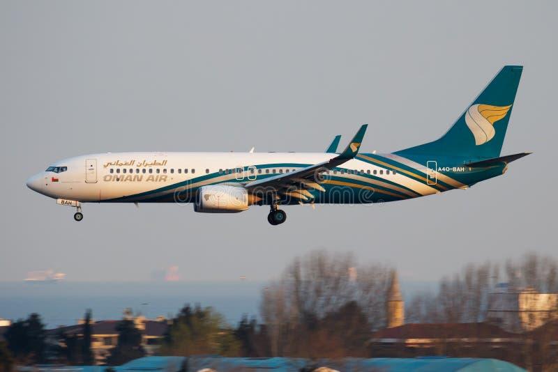 De passagiersvliegtuig die van Oman Air Boeing 737-800 a4o-BAH bij de Luchthaven van Istanboel landen Ataturk stock afbeeldingen