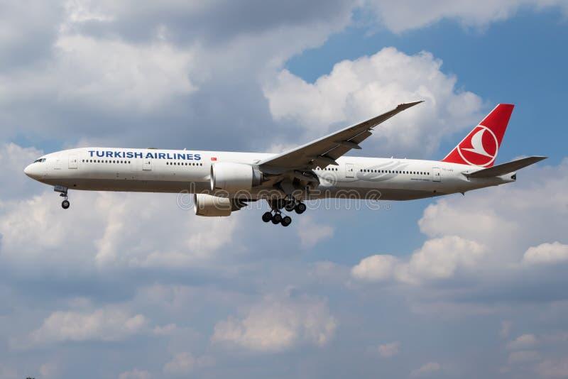 De passagiersvliegtuig die van Turkish Airlines Boeing 777-300ER tc-JJO bij de Luchthaven van Londen landen Heathrow royalty-vrije stock fotografie