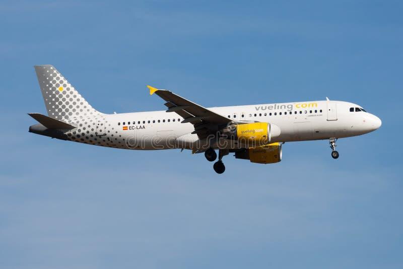 De passagiersvliegtuig die van de Vuelingsluchtbus A320 EG-LAA bij de Luchthaven van Frankfurt landen royalty-vrije stock afbeeldingen
