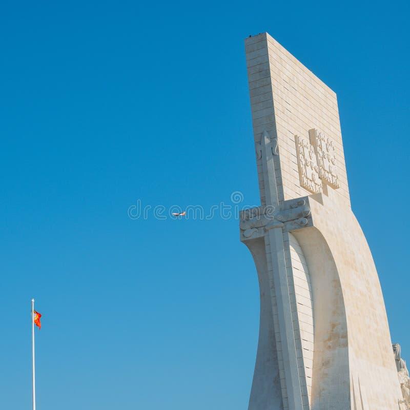 Is de passen van het de lage kostenvliegtuig van EasyJet boven Padrao-Dos Descobrimentos, Monument aan de Ontdekkingen, een monum stock foto