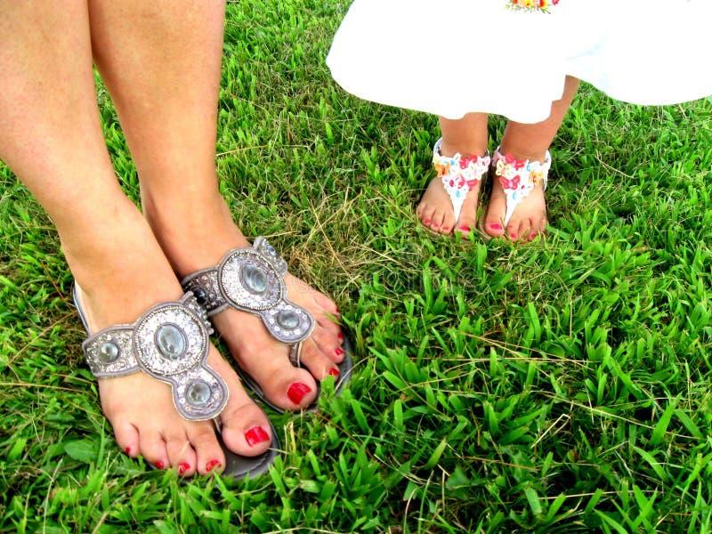 De passende mooie voeten van de Mamadochter royalty-vrije stock afbeelding