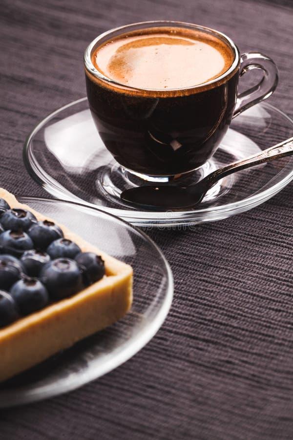 De pastei en de koffie van de bosbes stock foto's