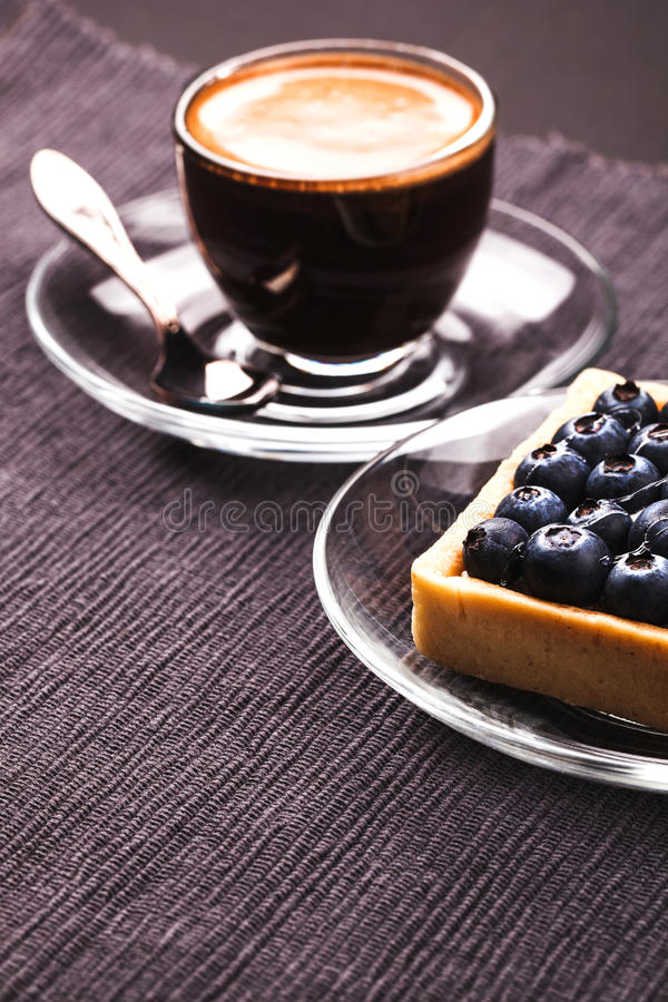 De pastei en de koffie van de bosbes royalty-vrije stock afbeeldingen