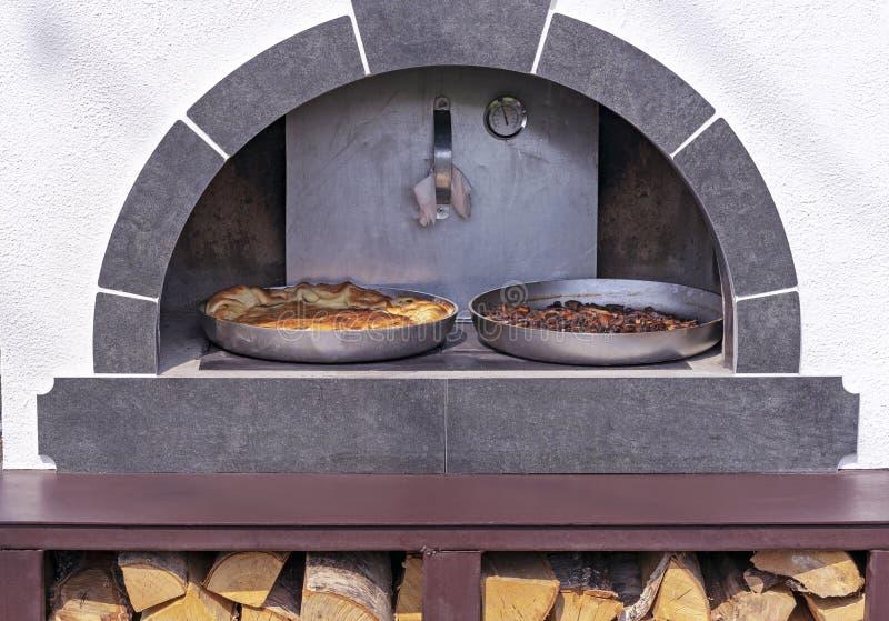 De pastei is gekookt in een oude Russische oven Russisch houten fornuis royalty-vrije stock foto's
