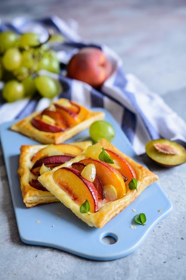 De pastei van het fruitbladerdeeg met perzik, pruimen en druiven royalty-vrije stock foto's