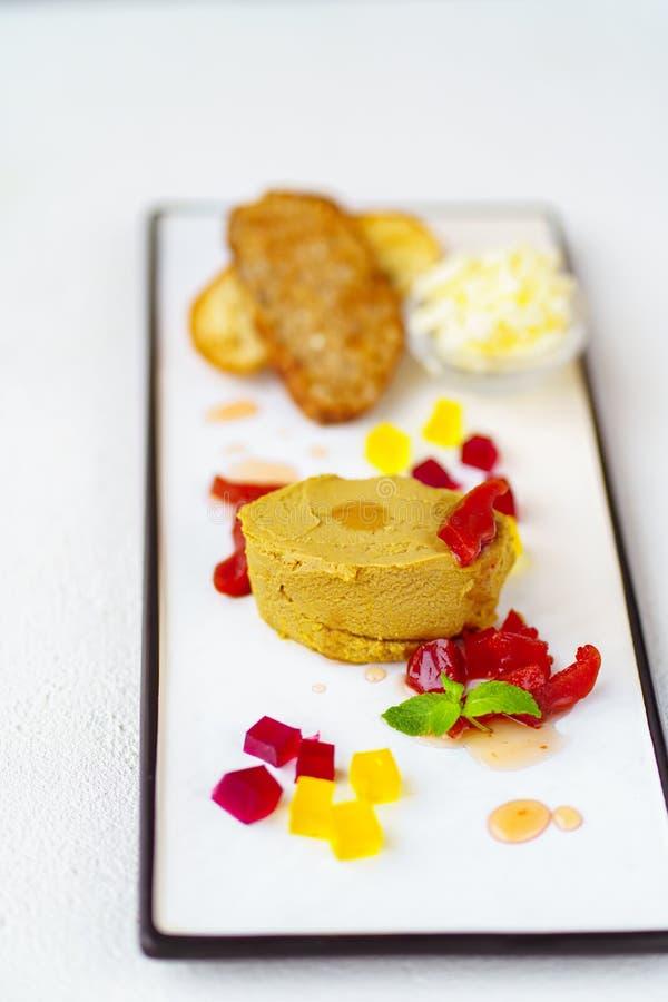 de pastei van de kippenlever met boter en toosts wordt gediend die stock foto's