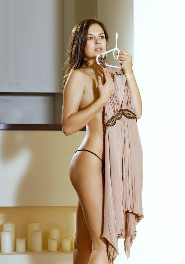 De pasvormen van de vrouw op beige kleding stock foto
