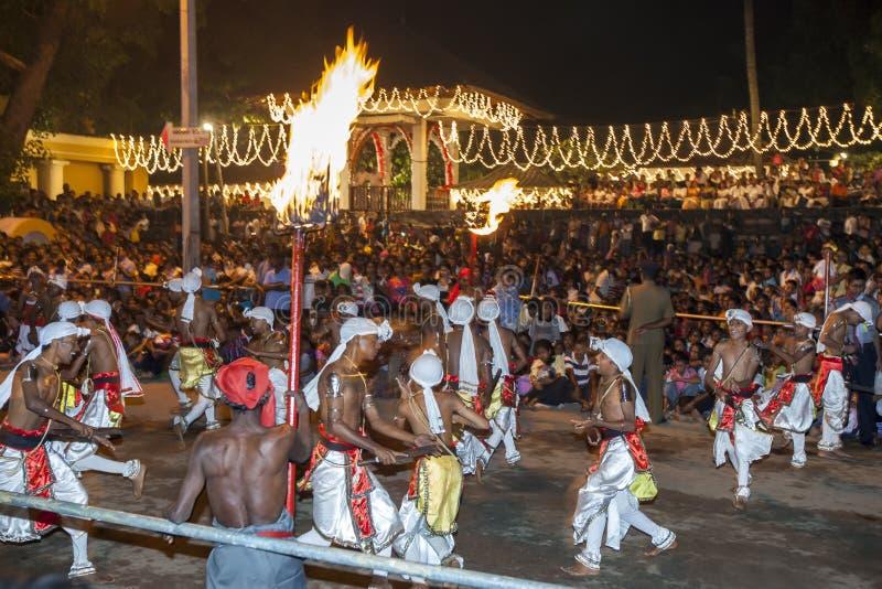 De Pathurudansers presteren voor een reusachtige menigte in Esala Perahera in Kandy, Sri Lanka royalty-vrije stock afbeeldingen