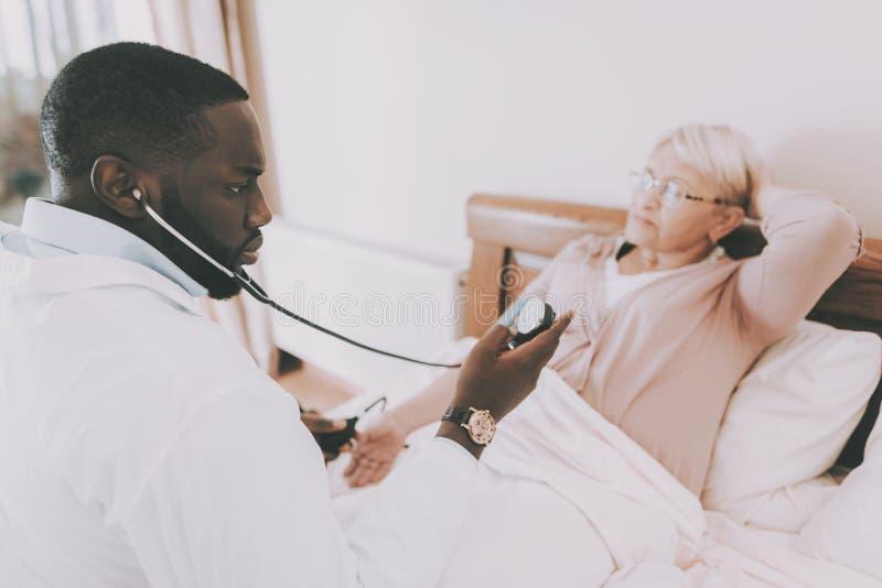 De patiënt heeft Hoofdpijnen Arts Measures Pressure royalty-vrije stock foto's