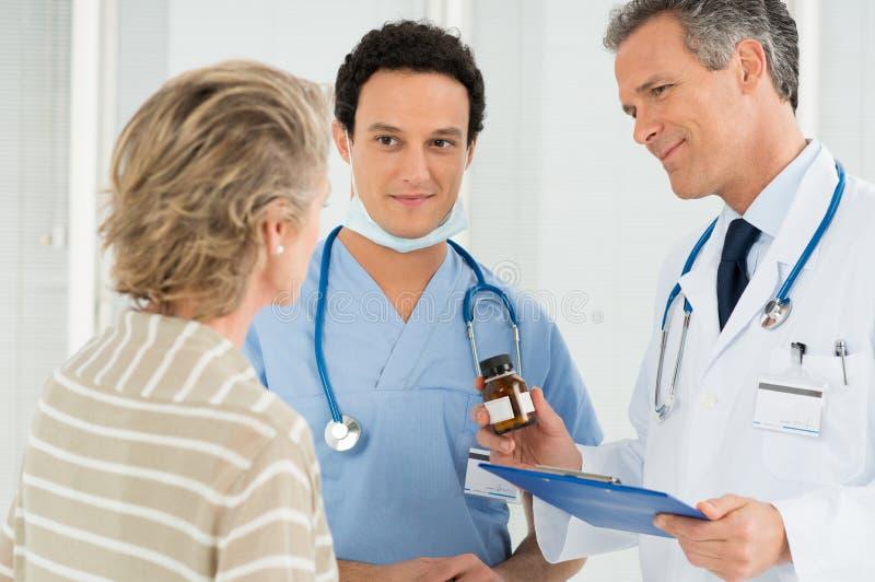 De Patiënt van artsenprescribing medication to royalty-vrije stock fotografie