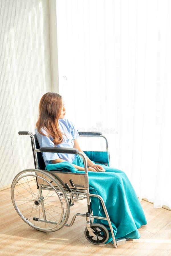 De patiënt zat op een rolstoel met een saai, droevig, hopeloos en ongerust gemaakt oog stock fotografie