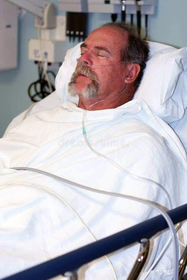 De patiëntenslaap van het ziekenhuis stock afbeelding