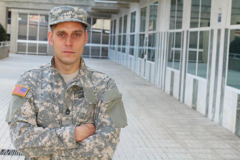De patriottische militair die van de V.S. ziek kijken stock fotografie