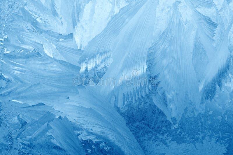 De patronen van de vorst op vensterglas in de winter De berijpte Textuur van het Glas Blauw royalty-vrije stock afbeelding
