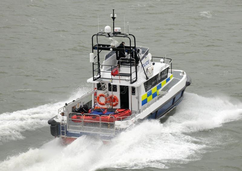 De patrouillecatamaran van de politie bij snelheid stock afbeeldingen