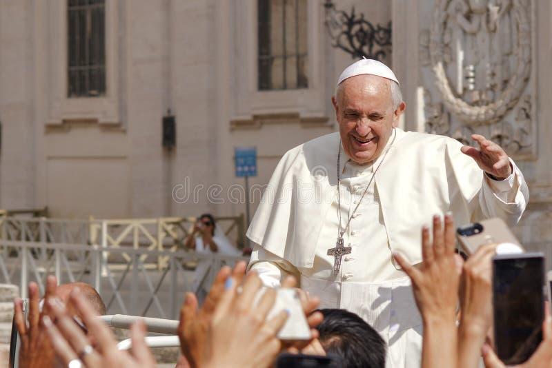 De paus Francis begroet gelovig stock foto's