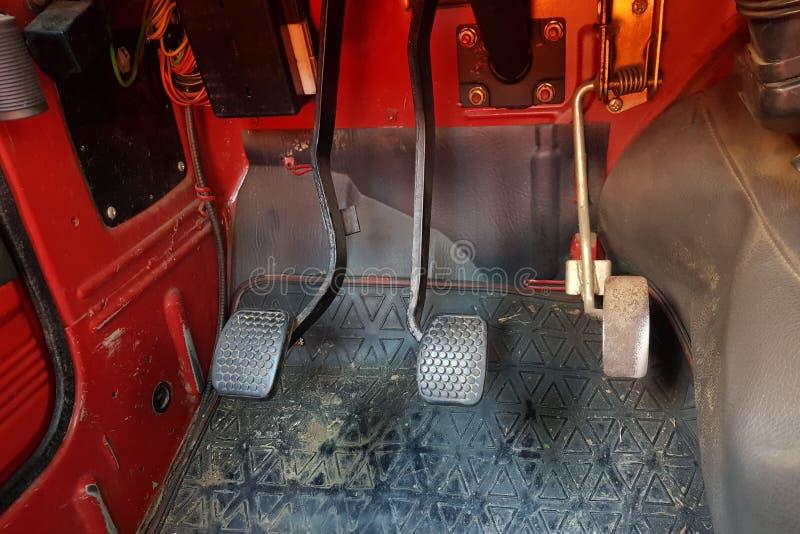 De pedalen van de autocontrole ancien binnen rode vehicule stock foto's