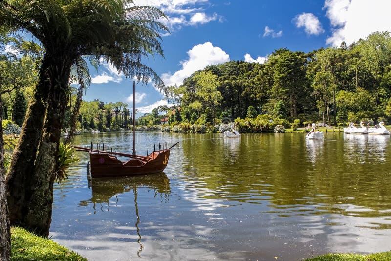 De peddelboot op het Zwarte Meer van Gramado-stad, Rio Grande doet Sul - Brazilië, op een zonnige dag met hemel met wolken royalty-vrije stock afbeeldingen