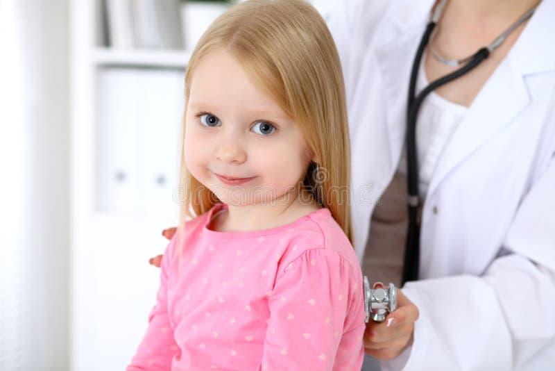De pediater behandelt baby in het ziekenhuis Het meisje is onderzoekt door arts door stethoscoop Vertragingen en wapens royalty-vrije stock foto's