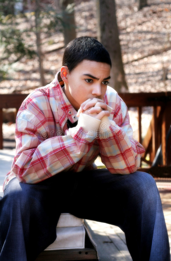 De peinzende Jongen van de Tiener stock foto's