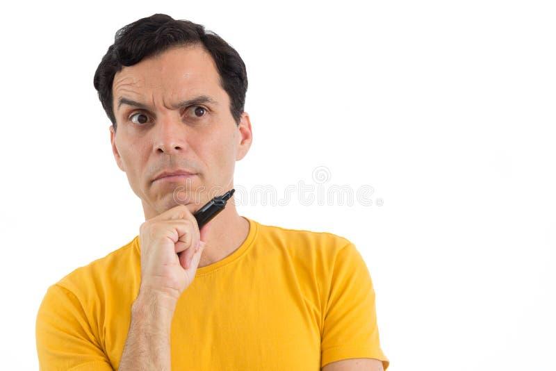 De peinzende mens houdt zwarte permanente teller Hij ` s op zijn voeten Isol stock afbeelding