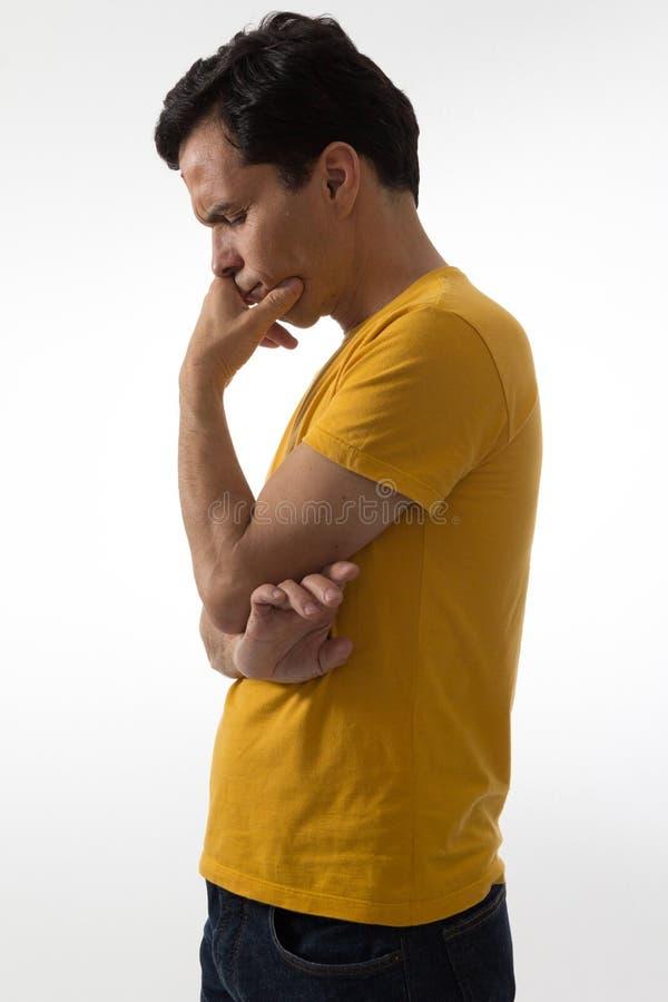 De peinzende mens is met zijn gesloten ogen Hij bevindt zich neer kijkend stock foto's