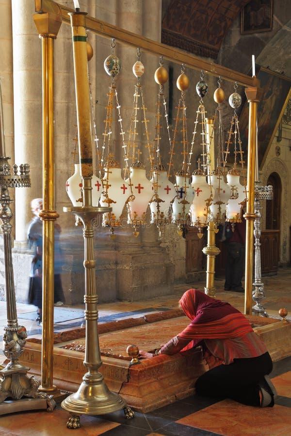 De pelgrim in rode kleren bidt passionately stock afbeelding
