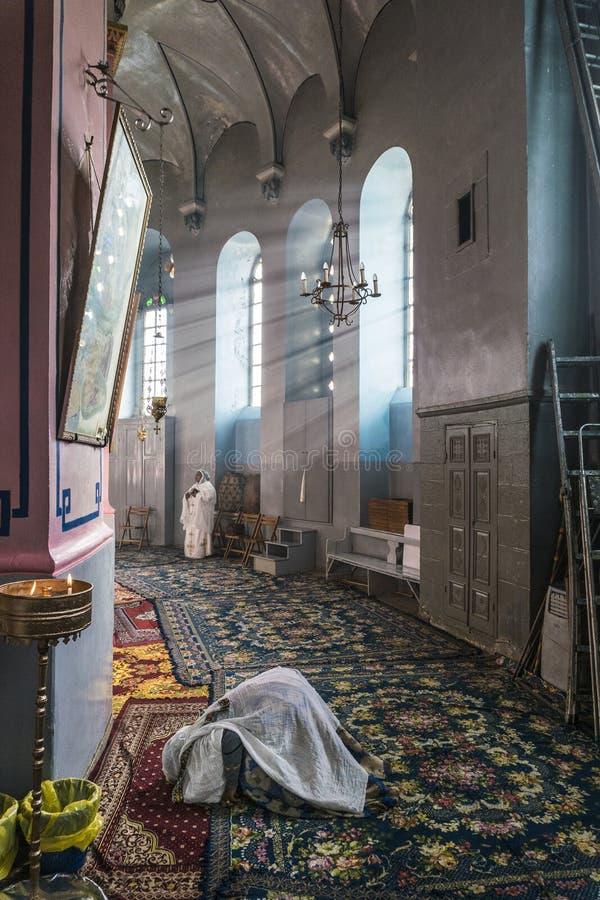 De pelgrims aanbidden Jesus-Christus in orthodoxe kerken in Jeruzalem tijdens Pasen-vakantie royalty-vrije stock fotografie