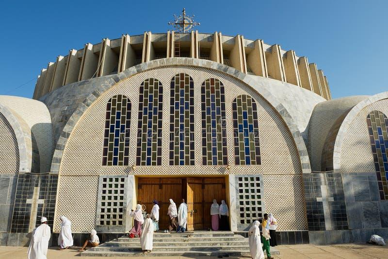 De pelgrims bezoeken de nieuwe Kathedraal van Onze Dame Mary van Zion in Axum, Ethiopië stock fotografie
