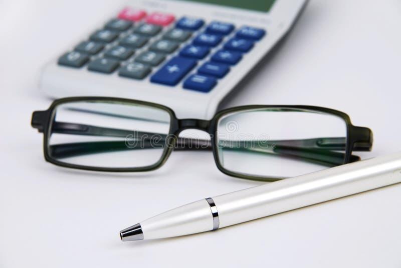 De pen en de glazen van de calculator royalty-vrije stock afbeelding