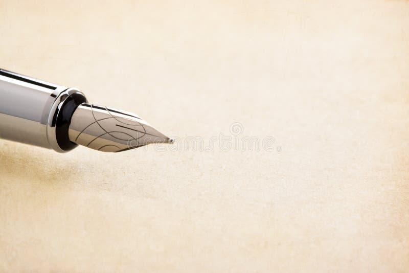 De pen en het perkament van de inkt stock foto's