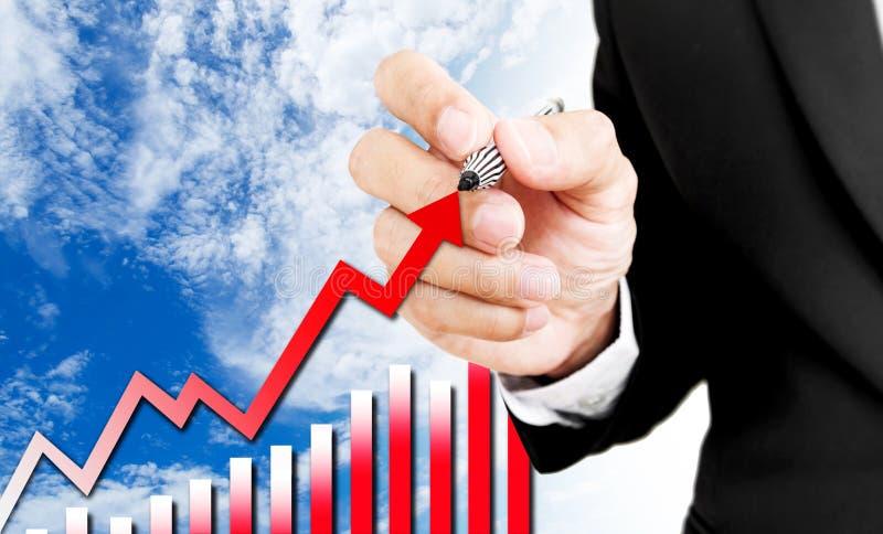 De pen van de zakenmanholding het schrijven het toenemen pijl en grafiek royalty-vrije stock afbeelding