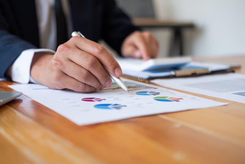 De pen van de mensenholding om in administratie, commercieel vergaderingsconcept te richten stock fotografie