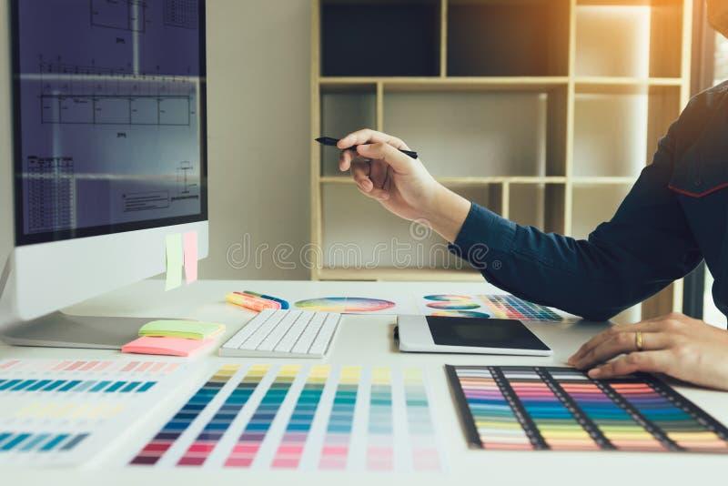 De pen van de ontwerperholding en het richten van het computerscherm royalty-vrije stock afbeeldingen