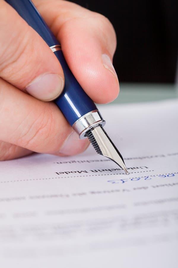 De Pen van zakenmanwriting with ink royalty-vrije stock afbeelding