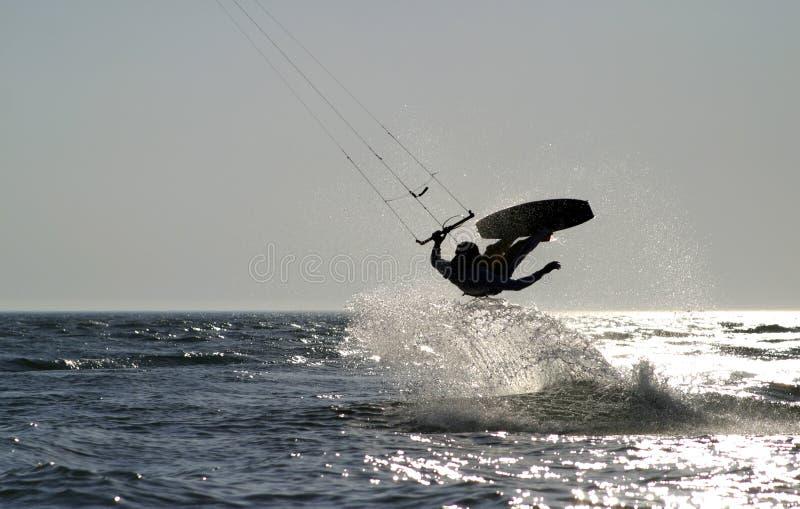 De pensionair die van de vlieger op de oceaan springt stock foto