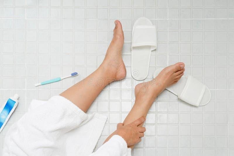 De pensioneringsvrouw viel neer in een toilet royalty-vrije stock fotografie