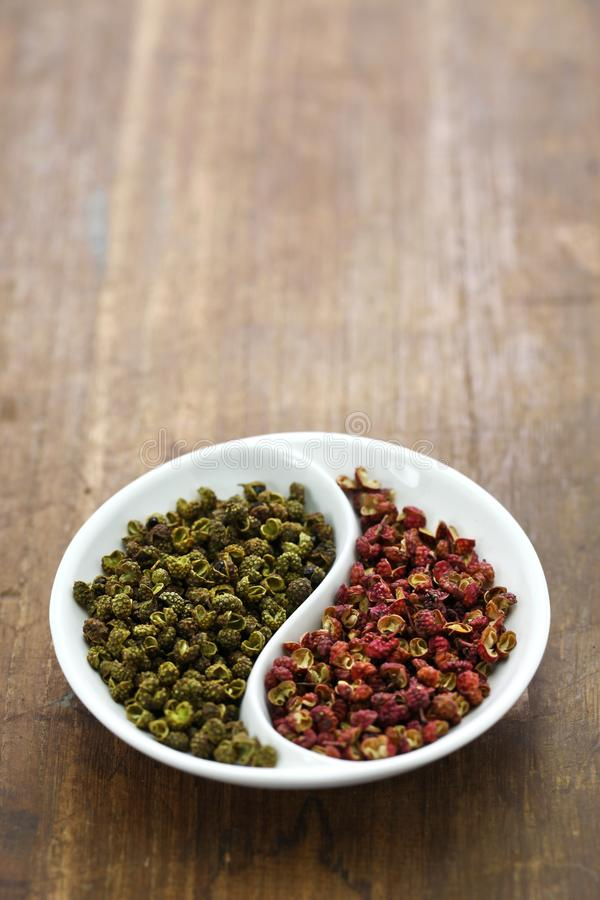 De peper van Sichuan, groen en rood stock foto's