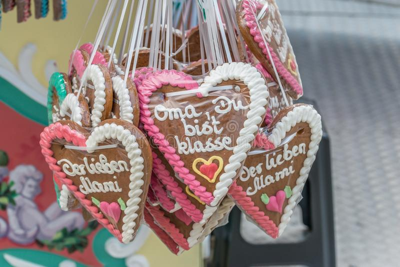 De peperkoekharten bij een volksfestival met Duitse woorden - Oma u zijn groot, Duitsland stock afbeelding