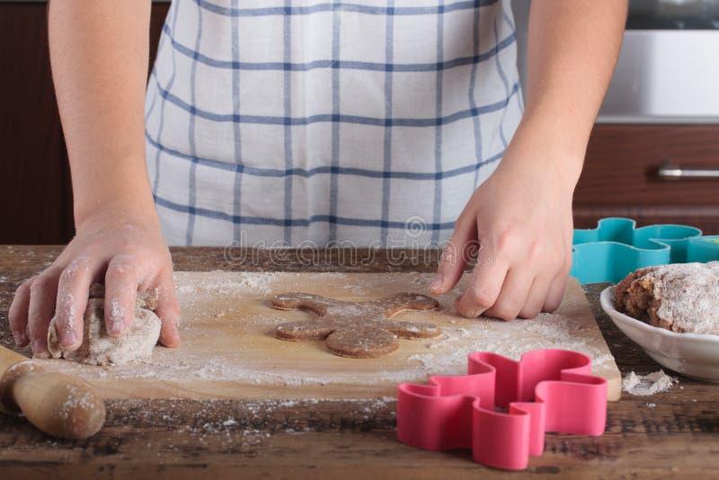 De peperkoekkoekjes van het baksel Sluit omhoog van meisjes` s handen royalty-vrije stock afbeelding