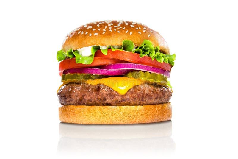 De perfecte Amerikaanse die cheeseburger van de hamburger klassieke hamburger bij de witte bezinning wordt geïsoleerd royalty-vrije stock afbeeldingen