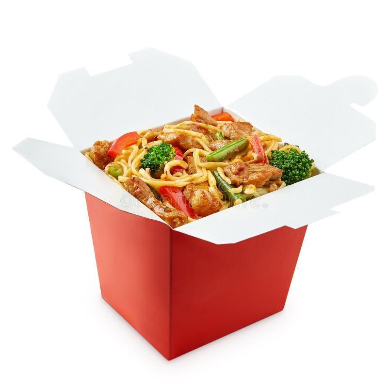 De perfecte doos van woknoedels met eetstokjes stock afbeelding