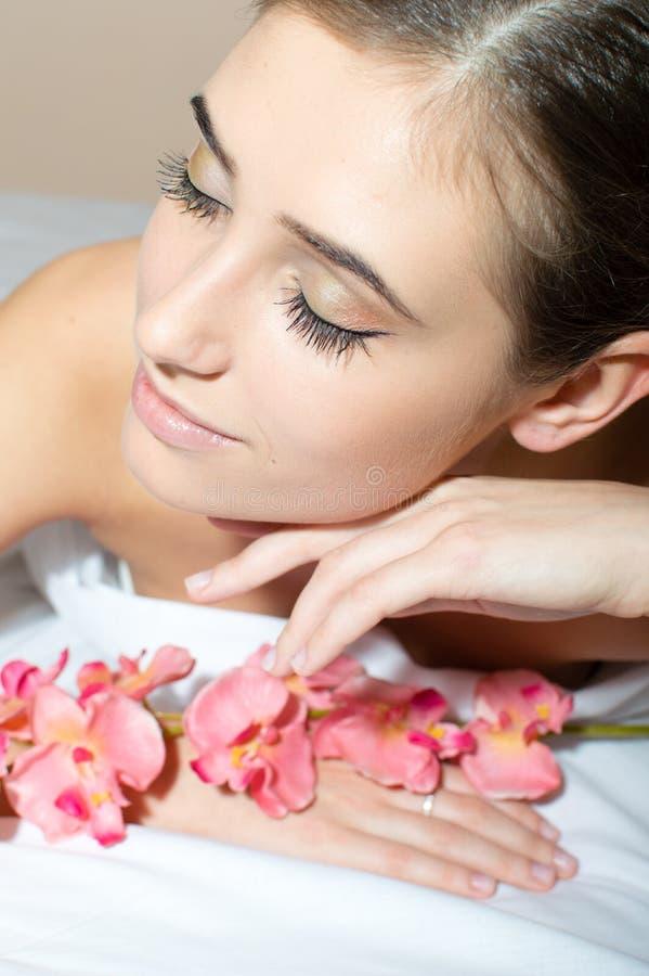 de perfecte huid mooie charmante donkerbruine jonge vrouw neemt een ontspannend beauty spa het portretbeeld van de behandelingenc royalty-vrije stock afbeelding