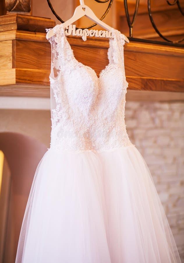 De perfecte huwelijkskleding met een volledige rok op een hanger in r royalty-vrije stock foto