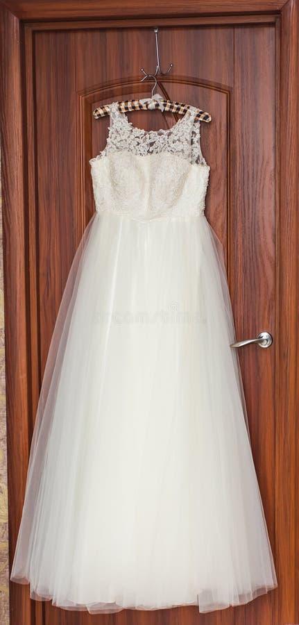 De perfecte huwelijkskleding met volledige rok op hanger in een ruimte van bruid royalty-vrije stock afbeelding