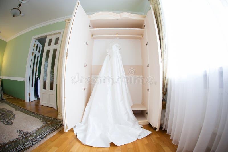 De perfecte huwelijkskleding op een hanger stock afbeeldingen