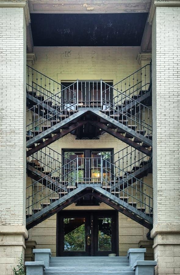 De perfecte symmetrie komt uit een trap beklimmend aan het tweede verhaal stock afbeelding